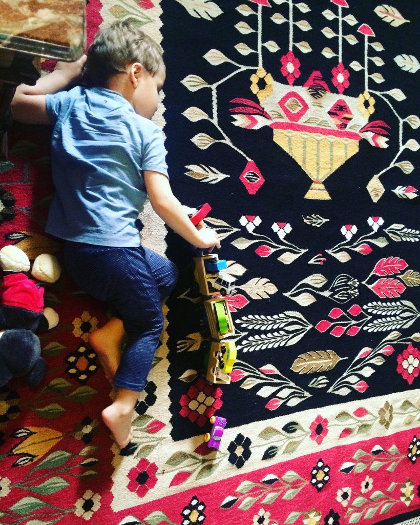 Joaca pe covorul din camera